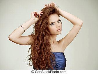 piękna kobieta, z, zdrowy, długi, kędzierzawy włos