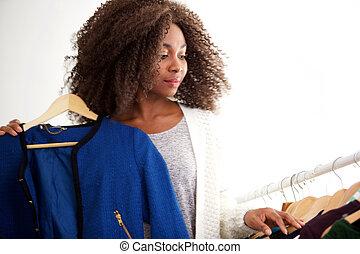 piękna kobieta, zakupy, młody, amerykanka, afrykanin, zaopatrywać, odzież