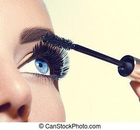 piękna kobieta, zwracający się, jej, bicze, makijaż, długi, tusz do rzęs, eyes., closeup.