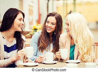 piękne dziewczyny, pijąca kawa, w, kawiarnia