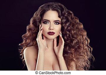 piękno, dziewczyna, portrait., piękny, młoda kobieta, z, długi, kędzierzawy włos, makijaż, i, manicured, paznokcie, odizolowany, na, czarnoskóry, tło.