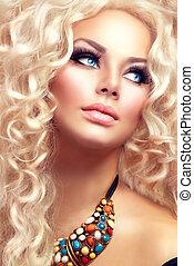 piękno, dziewczyna, z, zdrowy, długi, kędzierzawy, hair., blondynka, portret kobiety