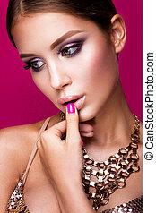 piękno, fason modelują, dziewczyna, z, jasny, makijaż, kudły, manicured, nails., blask, kobieta, odizolowany, na, różowy, studio, tło.