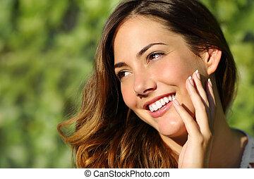 piękno, kobieta, z, niejaki, doskonały, uśmiech, i, biały strzępią