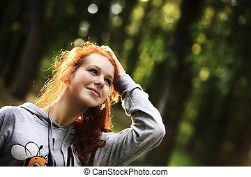 piękno, romantyk, dziewczyna, outdoors., piękny, teenage, wzór, dziewczyna, ubrany, w, przypadkowy, krótki, strój, w, słońce, light., podmuchowy, długi, hair., autumn., ogień, słońce, słoneczko., backlit., nastrojony, w, ciepły, kolor