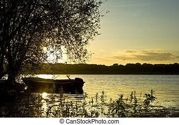 piękny, łódka, na, jezioro, na, zachód słońca