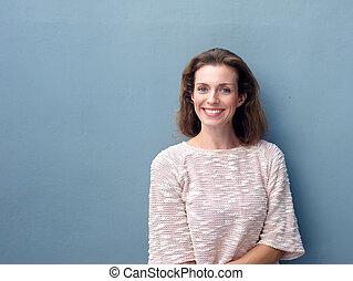 piękny, średni dorosły, kobieta uśmiechnięta, na, szare tło