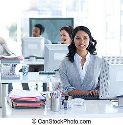 piękny, środek, pracujący, rozmowa telefoniczna, kobieta interesu