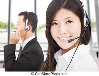 piękny, środek, przedstawiciel, rozmowa telefoniczna, biznesmen, uśmiechanie się