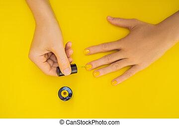 piękny, żółty, wysoki, samica, narzędzia, górny, tło., polish., kobieta, paznokcie, closeup, manicure, siła robocza, troska, paznokieć, zdrowy, babski, gładki, profesjonalny, care., rozkład, prospekt