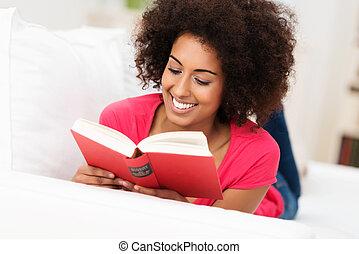 piękny, amerykańska kobieta, czytanie, afrykanin