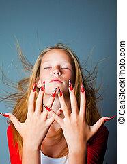 piękny, błękitne wejrzenie, tło, modny, paznokcie, palce, kudły, projektować, zamknięty, siła robocza, ciemny, blondynka, krycie, trzepotliwy, dziewczyna, wiatr, widać