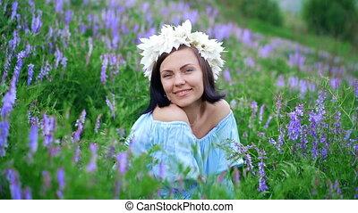 piękny, błękitny, kobieta, wieniec, uśmiechnięty., kwiat,...