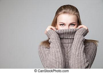 piękny, blond, młoda dziewczyna, chodzi, zima, pulower