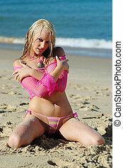 piękny, blondynka, dziewczyna, przedstawianie, na plaży