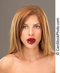 piękny, blondynka, kobieta, z, mouthfull, od, jagody