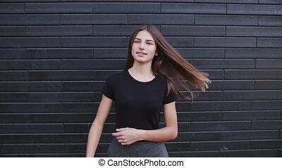 piękny, brązowy, kobieta, młody, dzień, włosy, wietrzny, powolny, uśmiechanie się, ruch