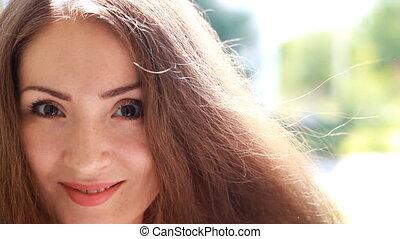 piękny, brązowy, kobieta, młody, włosy, wietrzny, portret, uśmiechanie się, day., dziewczyna, closeup.