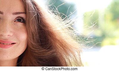 piękny, brązowy, kobieta, młody, włosy, wietrzny, uśmiechanie się, day.