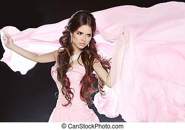 piękny, brunetka, dziewczyna, chodząc, w, różowy strój, odizolowany, na, czarne tło
