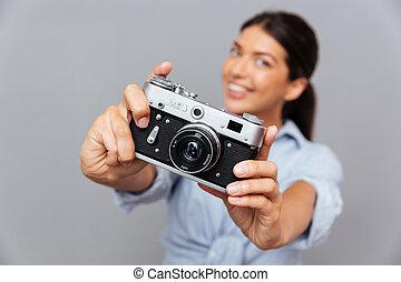 piękny, brunetka, fotografia, pokaz, młoda kobieta, uśmiechanie się, aparat fotograficzny