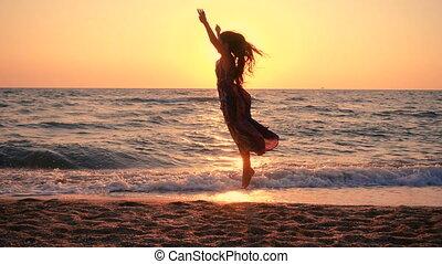 piękny, brzeg, skokowy, morze, dziewczyna, wschód słońca