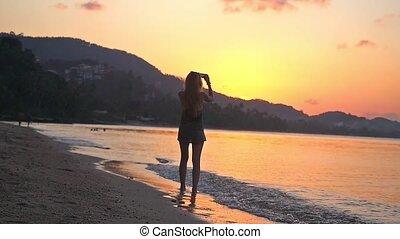 piękny, cellphone, kobieta, fotografia, wpływy, motion., młody, reputacja, powolny, zachód słońca plaża