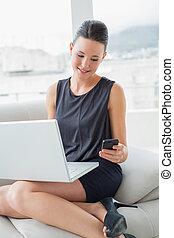 piękny, cellphone, kobieta, ubrany, laptop, dobrze, sofa, używając