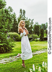 piękny, chodząc, kobieta, młody, długi, biały strój