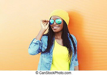 piękny, chodząc, kobieta, sunglasses, na, młody, tło, afrykanin, pomarańcza, uśmiechanie się