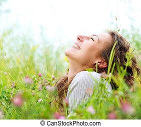 piękny, cieszyć się, kobieta, łąka, nature., młody,...