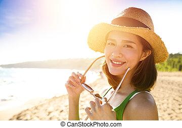piękny, cieszyć się, kobieta, lato, młody, urlop, plaża