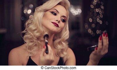 piękny, czarowny, kobieta, młody, makeup., powder., jasny, używa, pociągający, make-up., blondynka, święto, marki
