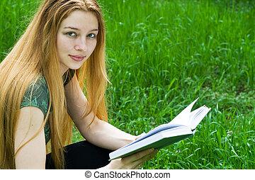 piękny, dziewczyna czytanie, w parku