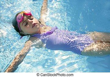 piękny, dziewczyna, pływacki, na, błękitny, kałuża