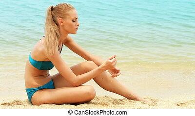 piękny, dziewczyna, plaża, posiedzenie