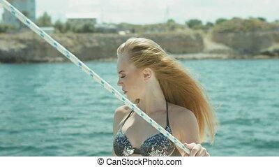 piękny, dziewczyna, w, bikini, przedstawianie, na, jacht