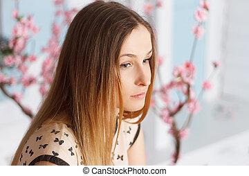 piękny, dziewczyna, z, kudły, w, flowering, ogród