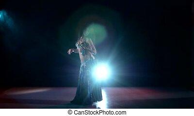 piękny, egzotyczny, taniec, taniec, lekki, dym, wstecz, kontynuować, brzuch, czarnoskóry, danser dziewczyny