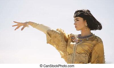 piękny, fryzura, kobieta, podobny, egipcjanin, cleopatra, królowa, niebo, przeciw, fason, charakteryzacja, outdoors