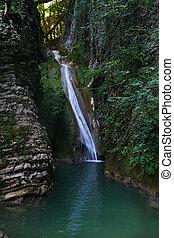 piękny, góra, wodospad, las, trzęsie się