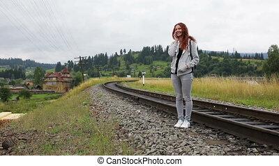 piękny, góry, smartphone, młoda kobieta, uśmiechanie się