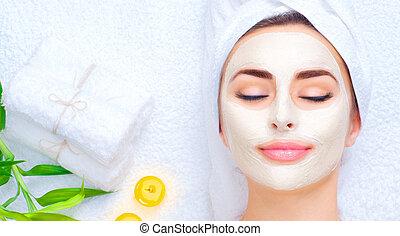 piękny, głowa, kobieta, zwracający się, jej, zdrój, maska, mask., closeup, twarzowy, glina, portret, ręcznik, dziewczyna