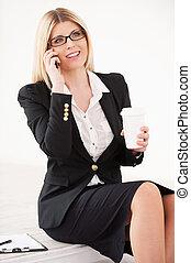 piękny, kawa, dojrzały, filiżanka, ruchomy, kobieta interesu, businesswoman., zaufany, telefon, mówiąc, dzierżawa