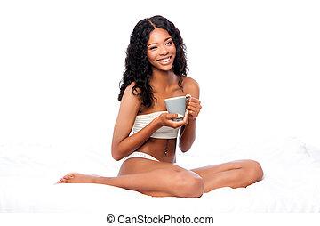 piękny, kawa, kobieta posiedzenie, łóżko, zachwycający, biały, szczęśliwy
