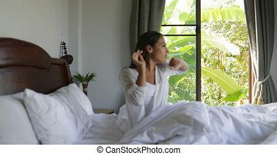 piękny, kawa, kobieta, pozować, filiżanka, do góry, budzenie, obejmować, dzierżawa, sypialnia, dziewczyna, łóżko, rano, człowiek
