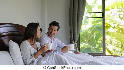 piękny, kawa, posiedzenie, para, filiżanka, łóżko, mówiąc, sypialnia, dziewczyna, rano, człowiek