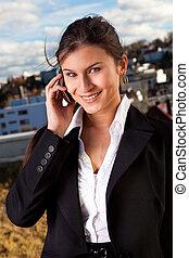 piękny, kobieta interesu, mówiąc, cellphone