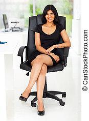 piękny, kobieta interesu, posiedzenie, w, nowoczesny, biuro