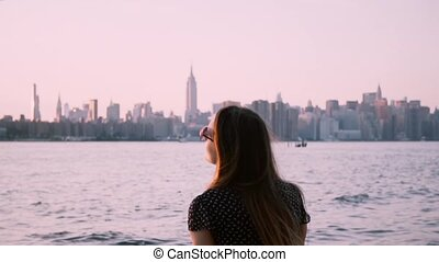 piękny, krajobraz, powolny, sunglasses, pozować, motion., na dół, aparat fotograficzny, zachód słońca, woda, przechadzki, nowy, oglądając, dziewczyna, york